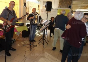 alain-et-jean-poulakis-ont-fait-danser-et-chanter-les-residents-du-foyer-bon-secours-photo-josiane-poncet-1450251431
